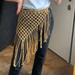 Vet inte vad jag ska kalla denna virkade plagg för men funkar att ha som kjol, topp, i håret etc. Unik då den är köpt vintage. Frakt kostar 42kr.