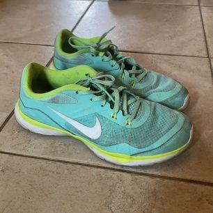 """Säljer dessa Nike löparskor i modellen """"Flex TR 5"""". Superskönt och i väldigt fint skick."""