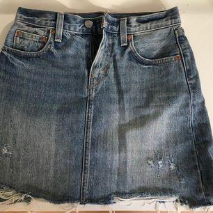 Supersöt jeanskjol från Levis. Storlek 24. Säljer pga den är för liten. Om du har storlek 24 kommer du älska den! Passar till allt och är verkligen så snygg. Frakt tillkommer
