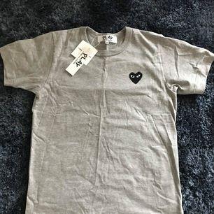 Comme des garcons T-shirt (NY) Strl: M Skick: 10/10 (ej struken på bild) Pris: 750kr (Nypris: ca 1000kr, helt ny t-shirt från comme des garcons, trend!)