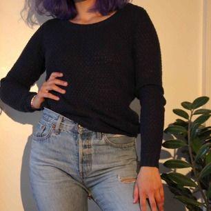 Stickad tröja i mörkblå färg (syns inte lika bra i bilden) som är perfekt att ha på hösten och vintern. 🍁 Helst upphämtning i Råcksta annars kan jag posta (frakt tillkommer) Betalning sker via swish 😊❣️