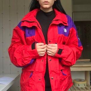 Säljer denna URSNYGGA jacka ifrån märket The north face, pga för stor för mig nu! sjukt bra skick! Säljer den VÄLDIGT billigt mot vad jag kunde sälja den för! (värde minst 1500- 3000kr+)Frakt ca 110kr tillkommer!