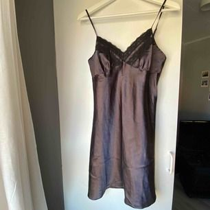 Ett sjukt sätt linne i silkes material! 🖤 90tals vibes & otroligt snyggt att styla över en tshirt! Passar mig som är en M/L men om man vill ha de mindre tights så fungerar S/M också! Frakt är 33kr!