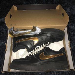 Nike Air Force 1 skor Strl: 45 Skick: 7.5/10 Pris: 950kr (Nike Air Force 1 skor med ett nypris på ca 160$ dvs ca 1500kr, 3 st olika märkeslappar i olika färger medföljer till skorna.)