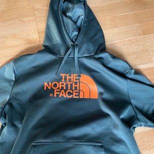 Grön hoodie från the north face med oranget tryck! Den är knappt använd, den är som en helt ny hoodie! Frakt ingår inte 🥰  Skulle säga att den är mer som en L!