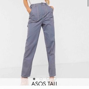 Heelt nya snygga snickarbyxor/cargo pants från Asos tall. Dom är väldigt långa och passar mig perfekt som är 175cm. Säljer pga att dom tyvärr var förstora i midjan:( Men skulle säga att dom passar en M!