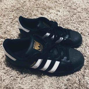 Intressekoll på ett par svarta Adidas Superstar sneakers. Dom är väldigt sparsamt använda och i mycket fint skick 🖤