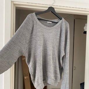 En grå collage tröja från Cubus i storlek M, men den skulle även passa L🌪