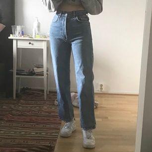 Jättefina breda/raka jeans från Gina Tricot köpta här på Plick men var tyvärr inte riktigt längden jag ville ha:(  Säljer därför vidare dessa byxor till någon som vill ha!