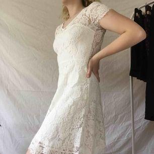 SNYGGASTE klänningen från dry lake!! ❗️aldrig använd❗️nypris 899:kr, buda!! Budet avslutas 72 h efter att första budet har lagts🥺köparen betalar för frakten📬✨