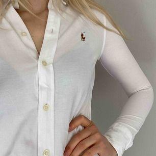 """* Vit Ralph Lauren skjorta """"knit Oxford"""". Stl XS.  Superskönt mjukt material.  Nypris 1200kr.  Säljer för 450kr Nyskick.     Köparen står för ev frakt (42kr) eller mötas i Stockholm.   Kolla gärna mina andra annonser ♥️"""