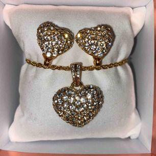 Jättefin matchande sett i hjärtform. Helt ny, aldrig använd. Det är ett par örhängen i clips och ett halsband. Frakt 20 kr