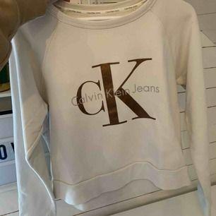 En vit, lite croppad, tröja från Calvin Klein. I superbra skick och inte använd på hela året. Kan mötas i Västerås eller frakt tillkommer. 🤍🤍