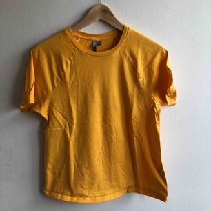 Senapsgul t-shirt från ASOS. En liten fläck på bröstet, men annars fint skick. Kan frakta eller mötas i Uppsala, skriv för fler bilder🥰