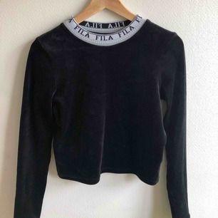 Säljer min fina FILA-tröja i sammet, då den knappt kommer till användning längre. Kan frakta eller mötas i Uppsala, skriv för fler bilder🥰