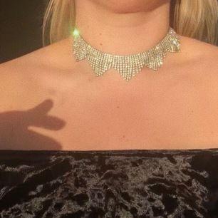Fancy silver smycke med diamanter. Köpt på Rokit Vintage i London för £20. Fästs med vanlig kedja på baksida och går att fästa lösare än på bilden! Perfekt skick. Frakt tillkommer.