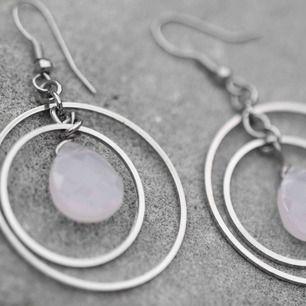 Så så så fina!!! De har varit mina favoriter i många år. I mega grymt skick!!! Inget fel alls på de.   Frakt på 11kr tillkommer 🤍🕊🕊  #örhängen #earings #smycken #sten #silver #humana #secondhand