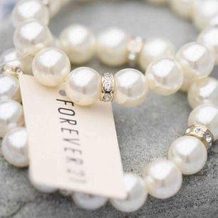 Elastiska och passar alla! Så så fina, med små gulddetaljer. 📿📿📿  🤍🤍Frakt på 11 kronor tillkommer 🤍🤍   #pärlarmband #armband #smycken #forever21 #pearls #humana #secondhand