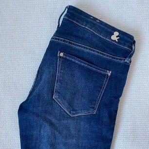 Snyggt blåa skinny jeans med låg midja från hm, använda 1 gång. För en längre person går dom snyggt över ankeln men för kortare ben är dem precis perfekt långa! Storlek 26/30