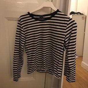 svart randig tröja från monki🐒 säljer även en likadan fast röd