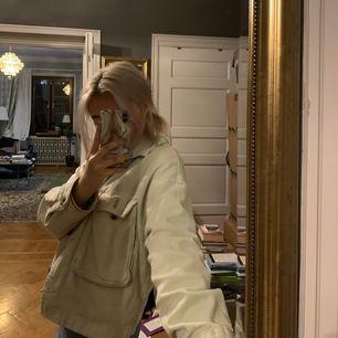 Säljer min mintgröna vårjacka från Zara! Den är verkligen så fin att bara slänga över en hoodie! ⚡️⚡️ Kontakta mig om du vill ha fler bilder 💕😇      HÖGSTA BUD: 200 + frakt