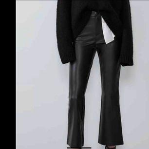 As snygga byxor som är stretchiga och jättebekväma och snygga. Köpta för 5 månader sedan och använda få gånger. Dem har blivit lite för korta i benen på mig så därför säljar jag. . Köparen står för frakten. Vi kan diskutera pris