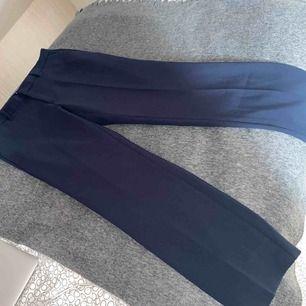 Mörkblåa kostymbyxor i skön material! Endast använd en gång✨ nypris 350 kr. frakt ingår i priset❗️