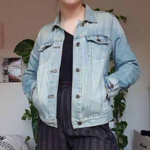 Ljusblå jeansjacka köpt i Boston från Lucky Brand. Bra kvalité och har innerfickor! Jag har vanligtvis M på jackor så den funkar nog XS-M beroende på hur man vill att den ska sitta. Möts i Uppsala eller frakt 65kr!