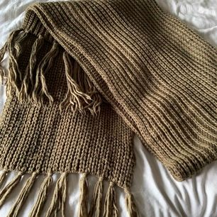 Super mysig och stor militärgrön halsduk från Monki.  Helt ny och oanvänd!   Hämtas i centrala Norrtälje.