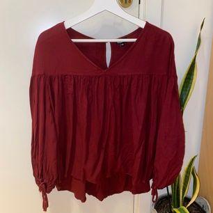 Vinröd tröja/blus från Kappahl i strl xs (sitter som en S). 3/4 armar med reglerbara band (med tofsar)🙏🏼❤️ Superfin men kommer inte till användning i samma utsträckning som ksk önskats. Köparen står för frakt🥰🙏🏼