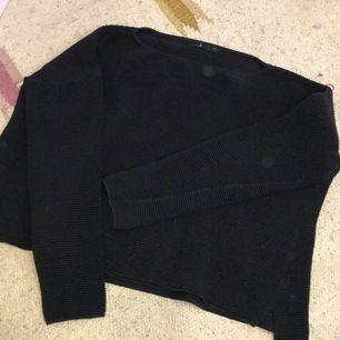 Super fin svart tröja från Åhléns. Använd få gånger så bra skick. Använder aldrig därför säljer jag! Små öppningar/hack i slutet av tröjan, se sista bilden! (Fläckarna som syns är endast på kameran!)