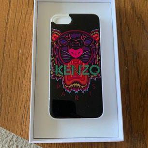 Säljer nu mitt fina KENZO skal pga att jag köpt ny telefon. Köp på KN i Stockholm. En liten plast bit har gåt av i hörnet men syns knappt.