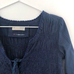 Marinblå blus från Odd Molly i stl xs. Använd fåtal gånger, i princip nyskick!