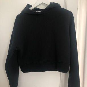 En mysig hoodie fast magtröja i sorlek s. 🖤🖤 Den e från Zara och är i nytt skick! Den är även kortare och passar sjukt bra till en kjol❤️