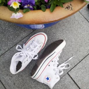 Äkta all star Converse. Knappt använda och nytvättade. Storlek 36,5. UK 4. Säljer då de inte har kommit till användning och nu är skorna tyvärr för små. Hör gärna av dig om du har några frågor!!