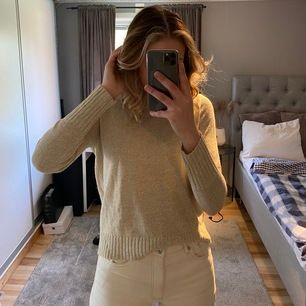 Säljer min stickade tröja från H&M som är i storleken S💕 tröjan är en tunn stickad tröja som är mycket skön en sval sommarkväll💕 säljer den för att den inte har kommit till andväning, så i bra skick💕 kunden står för frakten.