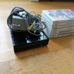 Säljer min Nintendo Wii (svart) med två kontroller och 7 olika spel som är: Wii Sport Resort, Just dance, Fifa world wup (2010), order up (2019), 2019 sport summer Championship, fifa 14. Med konsolen kommer alla tillbehör och kablar och två kontroller.
