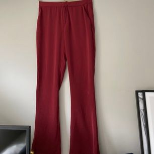 Röda kostymbyxor från hannalicious kollektion med nakd. Använda 1 gång så i bra skick. Nypris ca 499kr