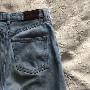 jeans från monki, i modellen kimomo! Frakten inkluderas i priset:) (färgen är lite ljusare än på bilderna)