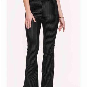Jättefina och långa kostymbyxor från loavies, typ aldrig använda! Kan mötas upp i Stockholm eller frakta som köparen får stå för😊 (jag är 165 cm)