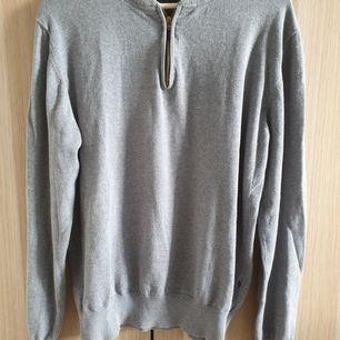 Säljer en snygg tröja från Riley i strl L jättebra skick kommer från djur- och rökfritt hem samfraktar