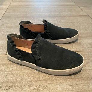 slip-on skor från kate spade använda några få gånger. man ser bättre hur färgen ser ut på andra bilden!