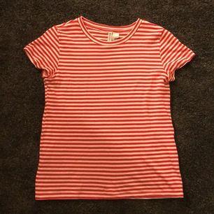 Säljer en röd och vit randig t-shirt från H&M, den är endast testad och är som ny 😊
