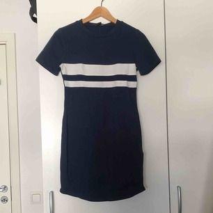 Oanvänd skater klänning från forever 21. Köpt i usa för två år sen. Svinsnygg säljs endast pga vågar aldrig använda den. Stretchigt material så passar xs-m