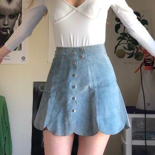 Unik 70-tals kjol i turkos mocka köpt på en vintage butik i Amsterdam. Superfin färg och knappdetaljer. Den har några små märken/streck se bild 3, annars mycket fint skick (bara använd för bilderna). Möts upp i Sthlm annars står köpare för frakt💕💗💞💘