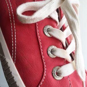 Röd/rosa nätta skor. Passar perfekt på sommaren eller våren som en trevlig färgklick. Skriv till mig vid intresse eller om du har några frågor☀️ Fraktkostnad tillkommer!