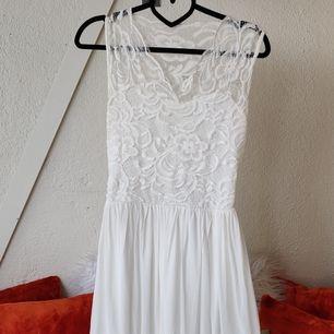 Vit klänning från Sydafrika, jag hade den som studentklänning. Genomskinlig rygg. Mjukt material. Inga fläckar vad jag kan se. 😊 Kika gärna in vad mer jag säljer! 💞