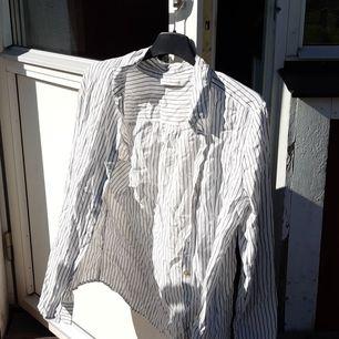 Detta är en svart och vit randig skjorta med