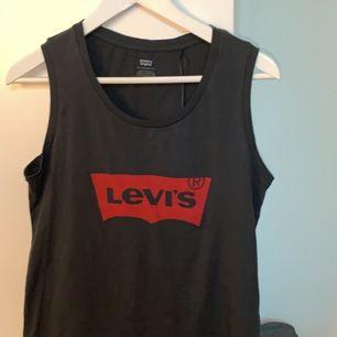 Helt oanvänd Levis linne, till och med prislapp kvar. Säljer den pga den till aldrig kom till användning efter att ha fått den i julklapp. Ett helt vanlig linne❤️ frakt betalas av konsumenten