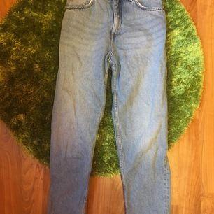mom jeans från Monki storlek 28. köparen står för frakt.